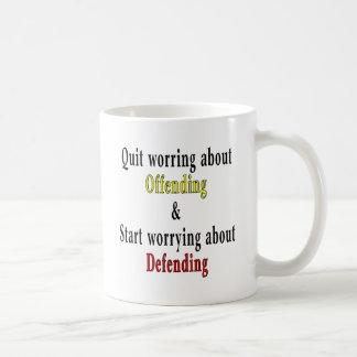 Beendigtes Sorgen um die Beleidigung Kaffeetasse