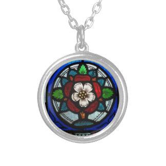 Beflecktes Glas Tudor Rose Halskette Mit Rundem Anhänger