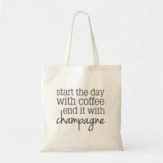 Beginnen Sie mit Kaffee-Ende mit Tragetasche