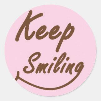 Behalten Sie das Lächeln in Brown und im Rosa Runder Aufkleber