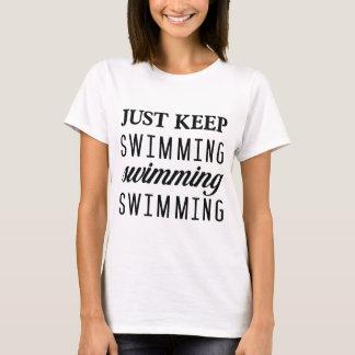 Behalten Sie einfach Schwimmen-T-Stück T-Shirt