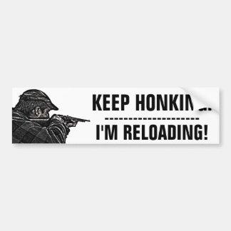 Behalten Sie Honking. Ich lade neu! Autoaufkleber