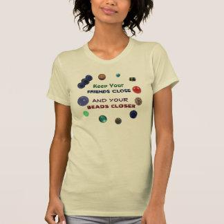 Behalten Sie Ihre Freunde nah und Ihre naheren T-Shirt