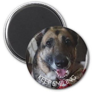 Behalten Sie lächelnden Schäferhund-Magneten Runder Magnet 5,7 Cm