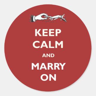 Behalten Sie Ruhe, auf roten Hochzeits-Aufklebern Runder Aufkleber