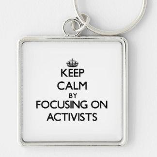 Behalten Sie Ruhe indem Sie auf Aktivisten sich Schlüsselband