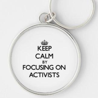 Behalten Sie Ruhe indem Sie auf Aktivisten sich Schlüsselbänder