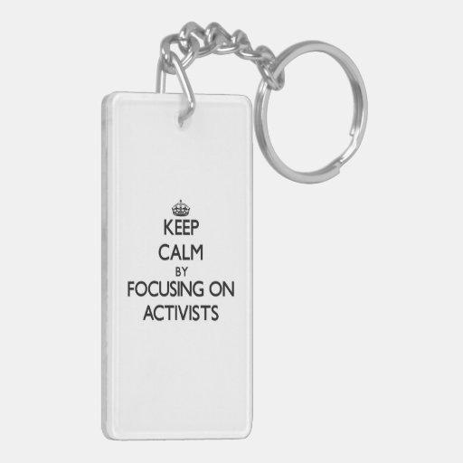 Behalten Sie Ruhe, indem Sie auf Aktivisten sich Schlüssel Anhänger