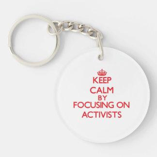 Behalten Sie Ruhe indem Sie auf Aktivisten sich Schlüsselanhänger
