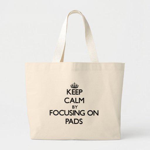 Behalten Sie Ruhe, indem Sie auf Auflagen sich Einkaufstasche