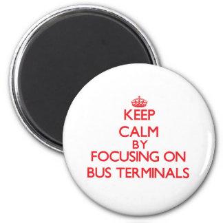 Behalten Sie Ruhe, indem Sie auf Autobusstationen Kühlschrankmagnete