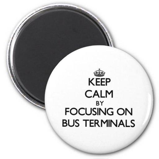 Behalten Sie Ruhe, indem Sie auf Autobusstationen Kühlschrankmagnet