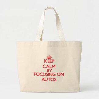 Behalten Sie Ruhe, indem Sie auf Autos sich Einkaufstaschen