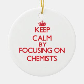 Behalten Sie Ruhe, indem Sie auf Chemiker sich Ornament