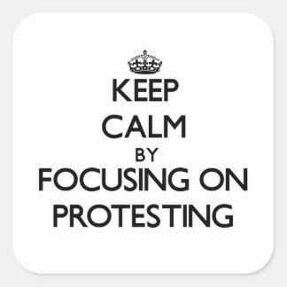 Behalten Sie Ruhe, indem Sie auf den Protest sich Quadrat-Aufkleber