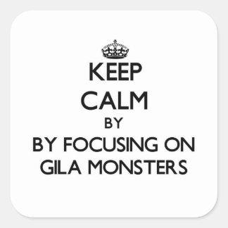 Behalten Sie Ruhe, indem Sie auf Gila-Monster sich Quadrat-Aufkleber