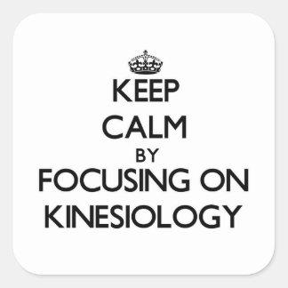 Behalten Sie Ruhe, indem Sie auf Kinesiologie sich Quadratischer Aufkleber