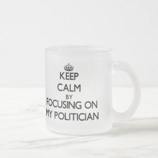 Behalten Sie Ruhe, indem Sie auf meinen Politiker Kaffeetassen