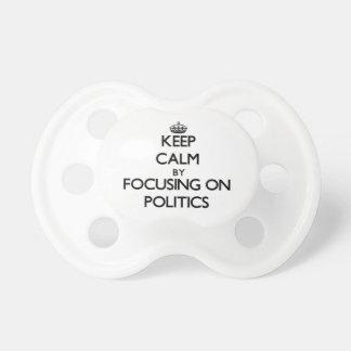Behalten Sie Ruhe indem Sie auf Politik sich Schnuller