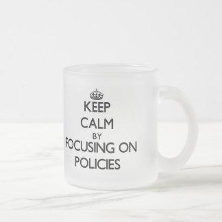Behalten Sie Ruhe, indem Sie auf Politik sich Kaffee Haferl