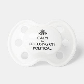 Behalten Sie Ruhe indem Sie auf politisches sich Schnuller