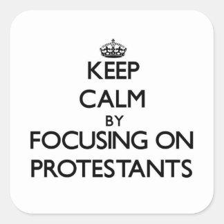 Behalten Sie Ruhe, indem Sie auf Protestanten sich Quadratischer Aufkleber