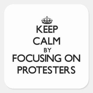 Behalten Sie Ruhe indem Sie auf Protesters sich