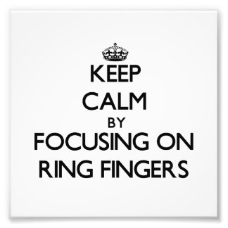Behalten Sie Ruhe, indem Sie auf Ring-Finger sich Photodruck