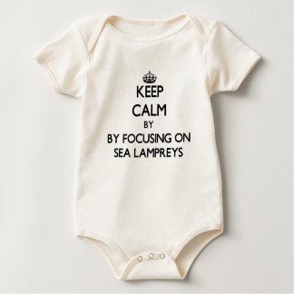 Behalten Sie Ruhe, indem Sie auf Seeneunaugen sich Baby Strampler