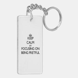 Behalten Sie Ruhe, indem Sie auf Sein ärgerlich Schlüsselring