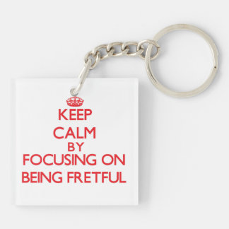 Behalten Sie Ruhe indem Sie auf Sein ärgerlich Schlüsselanhängern
