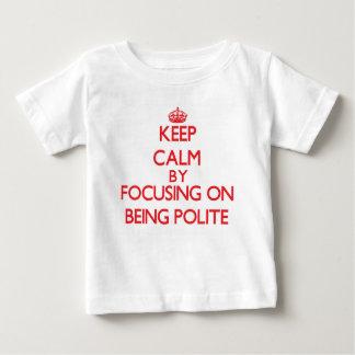 Behalten Sie Ruhe, indem Sie auf Sein höflich sich T Shirt