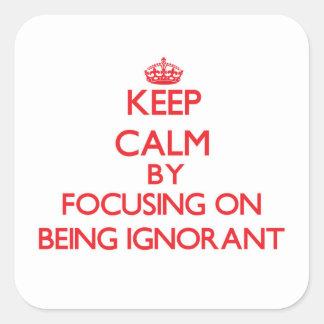 Behalten Sie Ruhe, indem Sie auf Sein ignorant Quadratischer Aufkleber