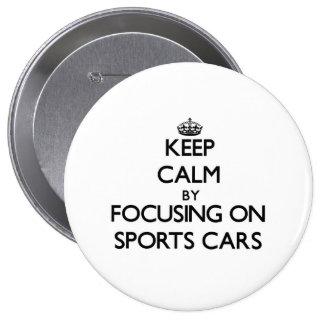Behalten Sie Ruhe, indem Sie auf Sport-Autos sich Anstecknadelbuttons