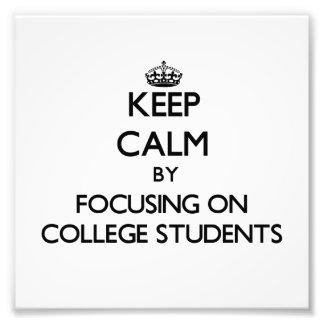 Behalten Sie Ruhe, indem Sie auf Uni-Studenten Foto Drucke