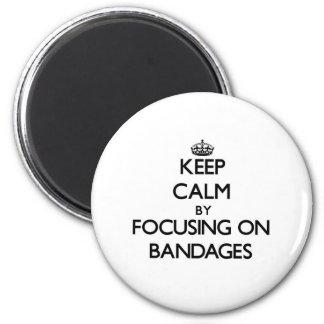 Behalten Sie Ruhe, indem Sie auf Verbände sich Magnete
