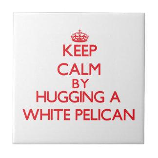 Behalten Sie Ruhe, indem Sie einen weißen Pelikan Kleine Quadratische Fliese