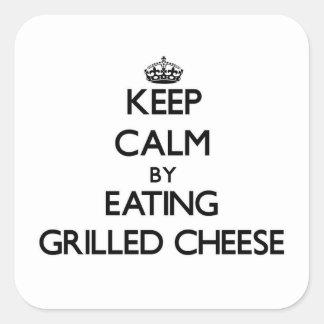 Behalten Sie Ruhe, indem Sie gegrillten Käse essen Quadratischer Aufkleber