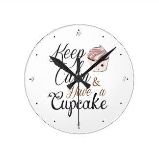 Behalten Sie Ruhe, kleinen Kuchen Kawaii zu essen Runde Wanduhr