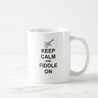 Behalten Sie Ruhe u. Geige an Tasse