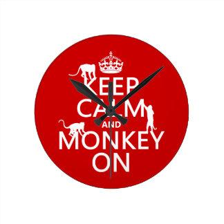 Behalten Sie Ruhe und Affen an - alle Farben Runde Wanduhr