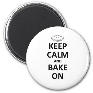 Behalten Sie Ruhe und backen Sie an Runder Magnet 5,7 Cm