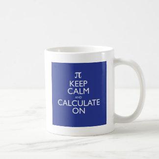 Behalten Sie Ruhe und berechnen Sie an Kaffeetasse