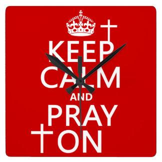 Behalten Sie Ruhe und beten Sie an - alles färbt Quadratische Wanduhr