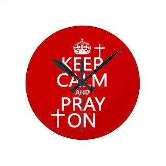 Behalten Sie Ruhe und beten Sie an - alles färbt Runde Wanduhr