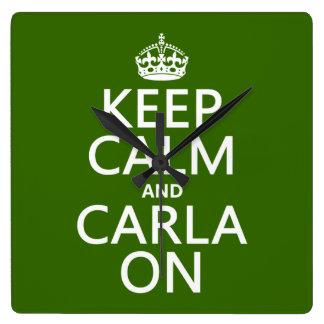 Behalten Sie Ruhe und Carla auf (irgendeine Farbe) Quadratische Wanduhr