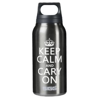 Behalten Sie Ruhe und Cary auf (irgendeine Farbe) Isolierte Flasche