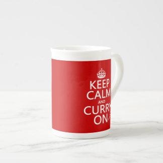 Behalten Sie Ruhe und Curry an Porzellantasse
