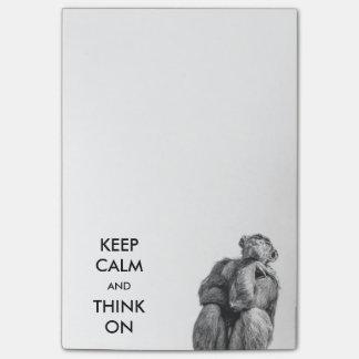 Behalten Sie Ruhe und denken Sie auf lustigen Post-it Haftnotiz