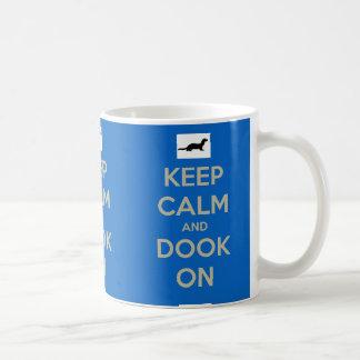 Behalten Sie Ruhe und Dook an Kaffeetasse